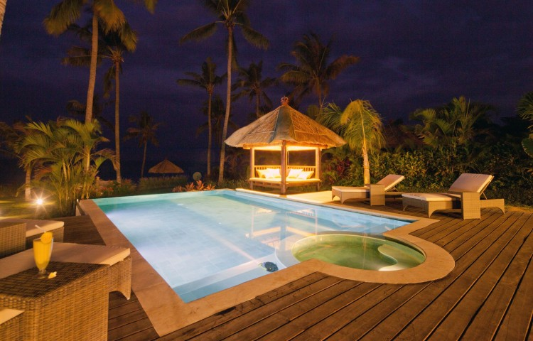 Noční atmosféra privátního bazénu vily
