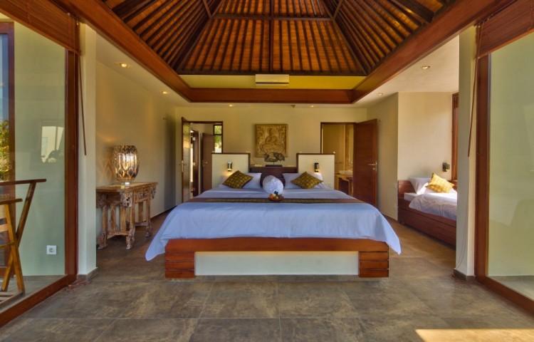 Klimatizované ložnice vil Relax Bali. Velká postel 210 x 200 cm a pohotovostní postel 200 x 100 cm. Vpravo vchod do koupelny, vlevo předsín, šatna a obývací pokoj.