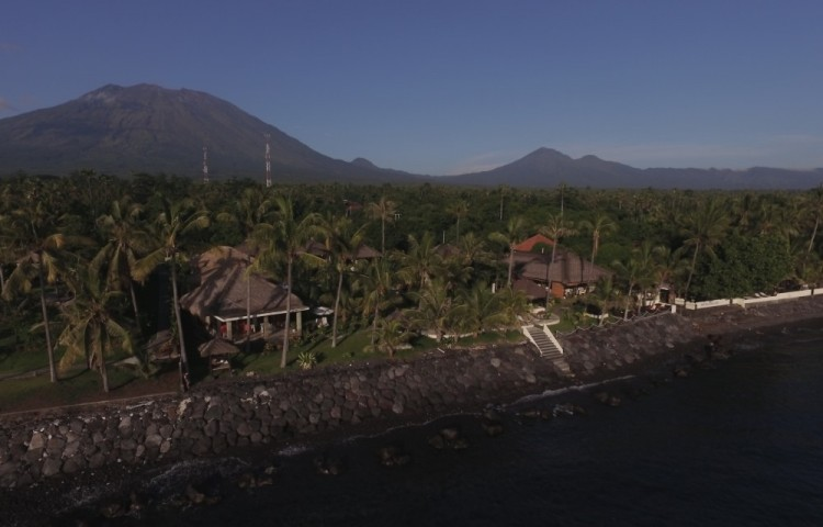 Resort Relax Bali leží přímo u moře