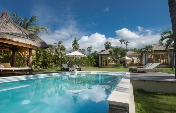 privater 1200m2 Garten mit privatem Pool, direkt am Meer