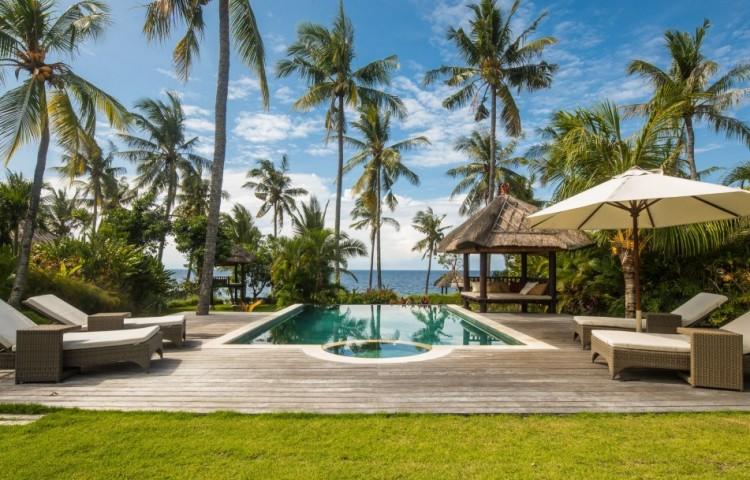 Das Schwimmbad 5 x 8 m im großen Garten gehört zur Villa