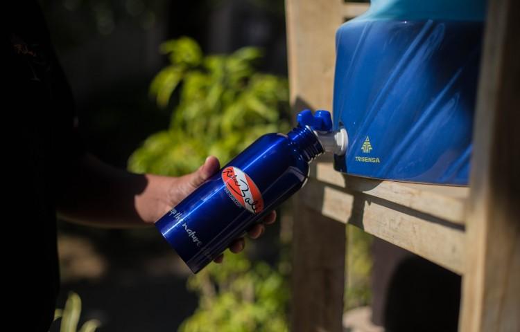pitná voda z velkých tanků zdarma - ne malým PVC lahvím