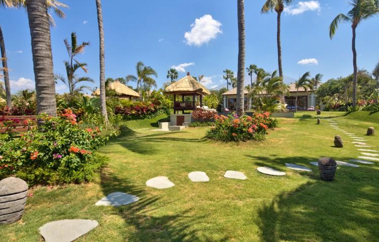 privater 1200m2 Garten mit privatem Pool ( 5 x 8 m ), direkt am Meer
