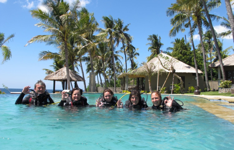 kurzy potápění probíhají na počátku v bezpečí bazénu - RELAX BALI