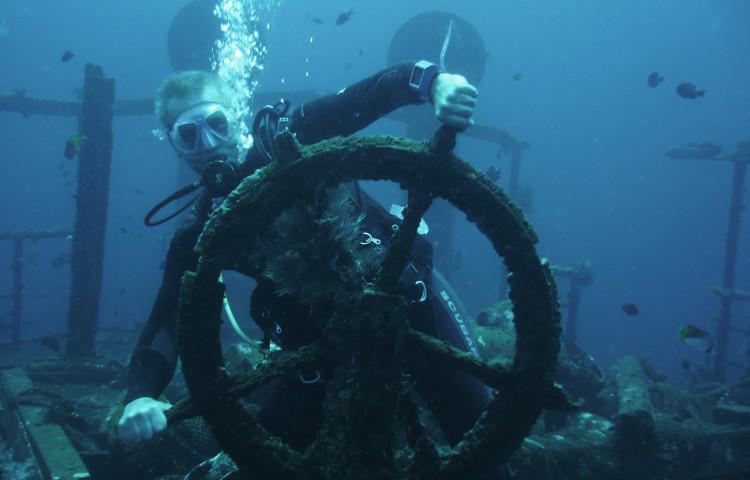 Schiffswrack Relax Bali ( 43m L) vor der Resort