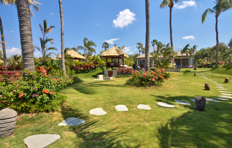 Pohled na vilu z její zahrady (1200m2). vlevo soukromý bazén 5 x 8 m.