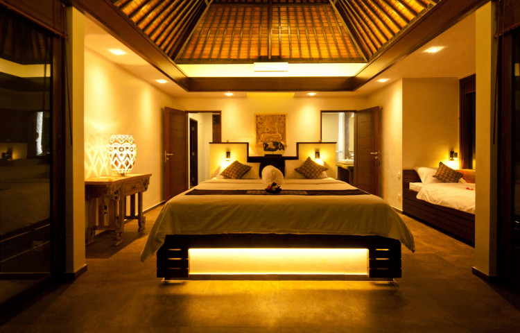 Osvícená ložnice vily Relax residence